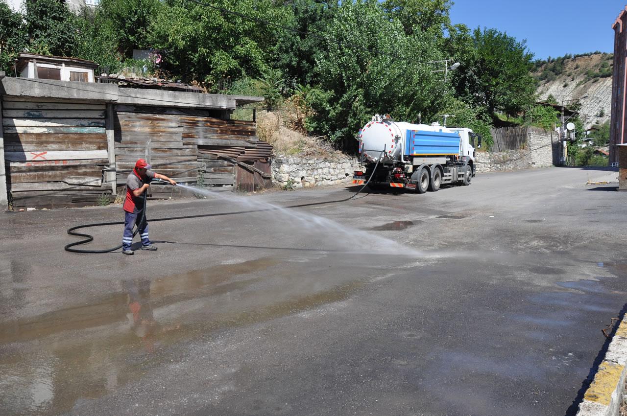 Yollar Tazyikli Suyla Tozdan Arındırılıyor