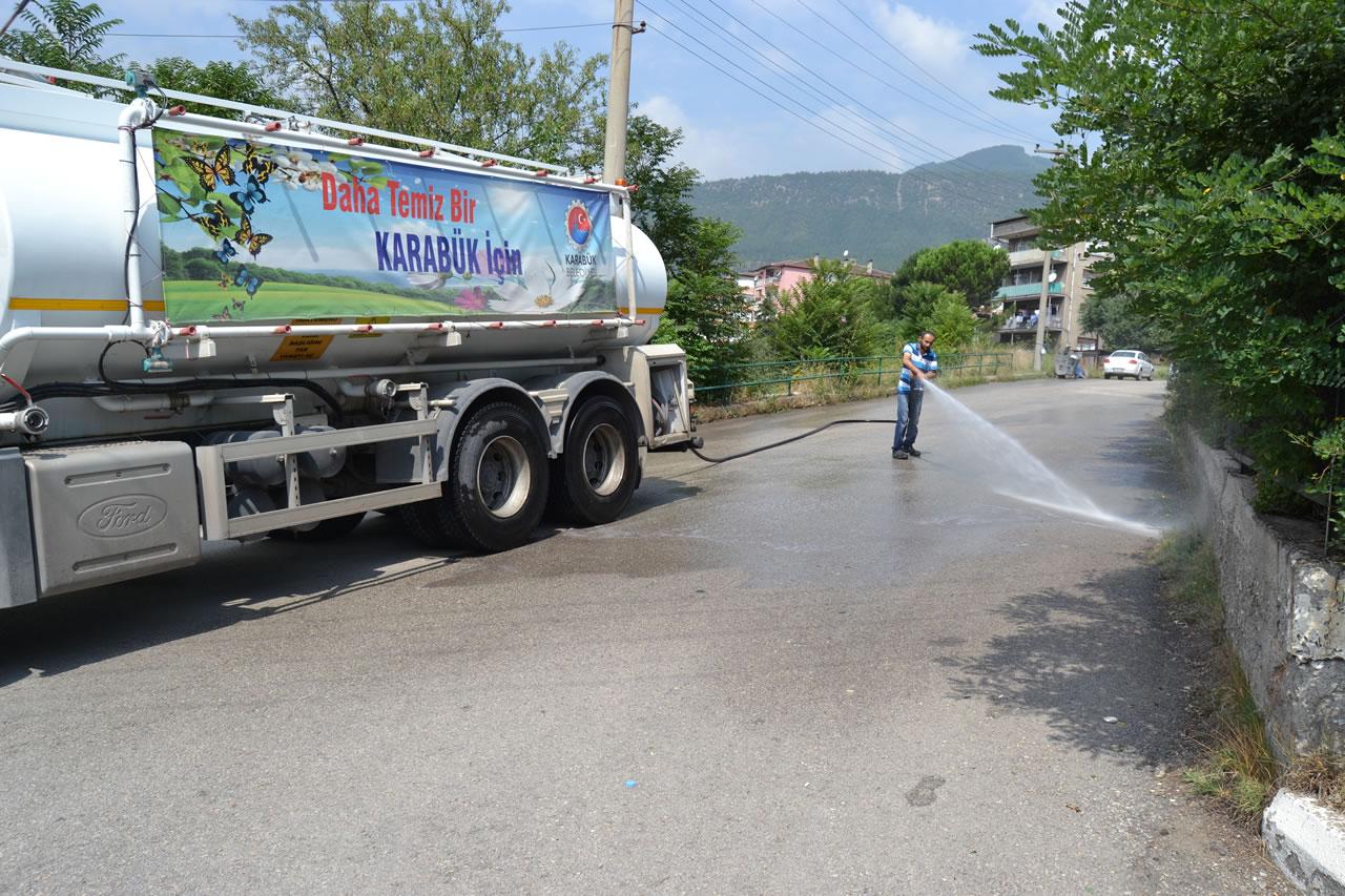 Karabük Belediyesinden Yol Yıkama Çalışması