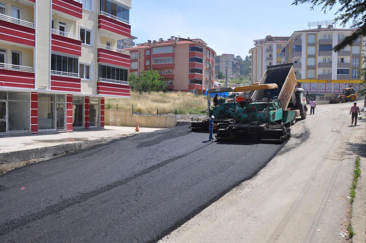 Aydınlıkevler Mahallesinde Yeni Açılan Yollar Asfaltlanıyor