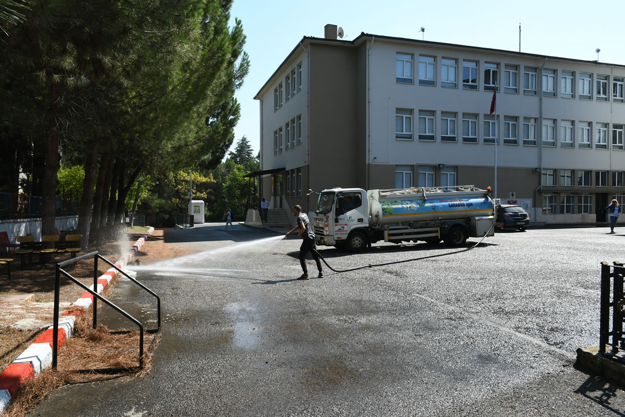 Karabük Belediyesi Okul Bahçelerini Tazyikli Suyla Yıkıyor