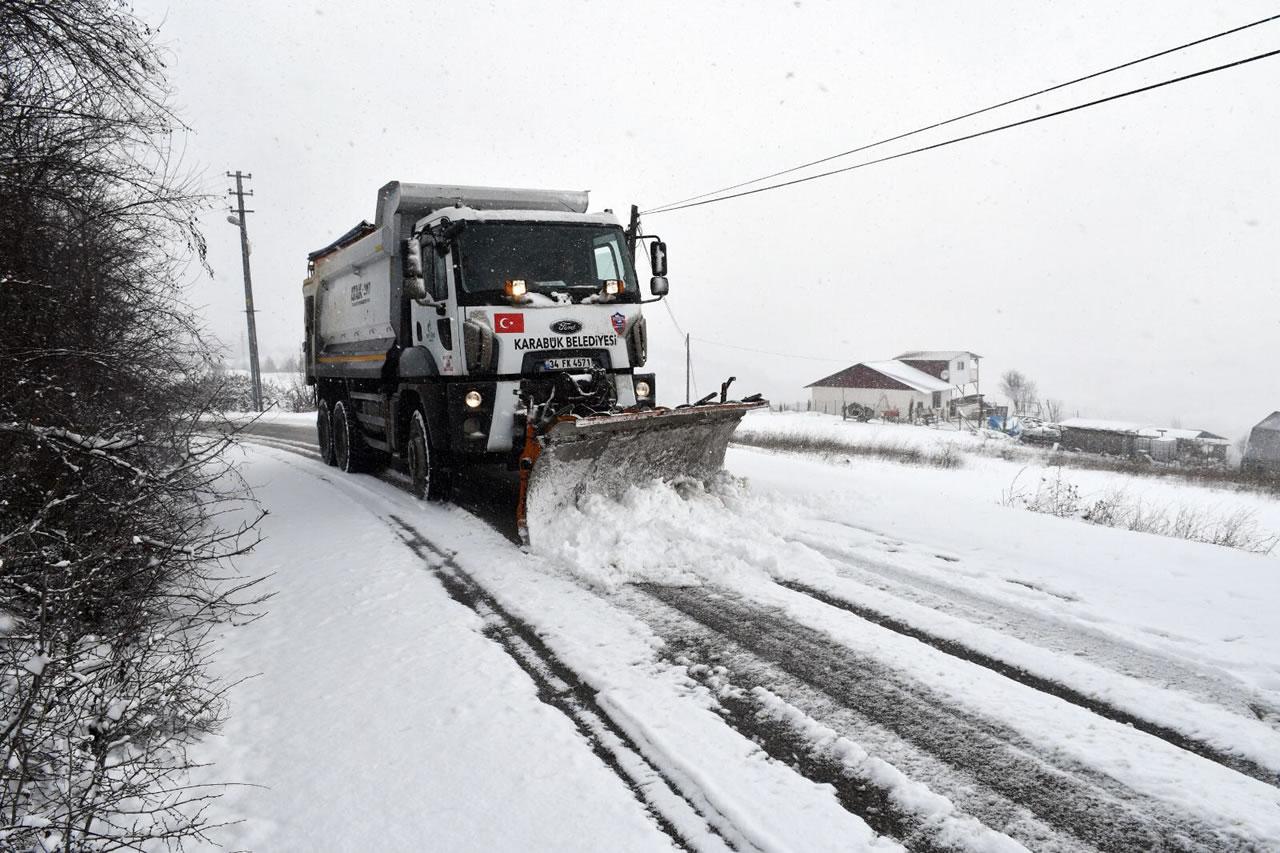 Tuzlama ve Yol Küreme Çalışmalarımız Aralıksız Devam Ediyor