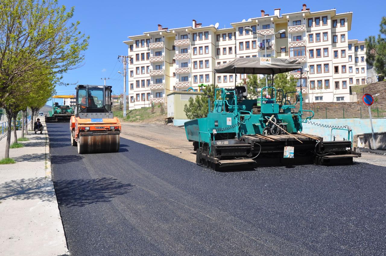 Karabük Belediyesi Karabük'ün Çeşitli Noktalarında Asfalt Çalışmasını Sürdürüyor