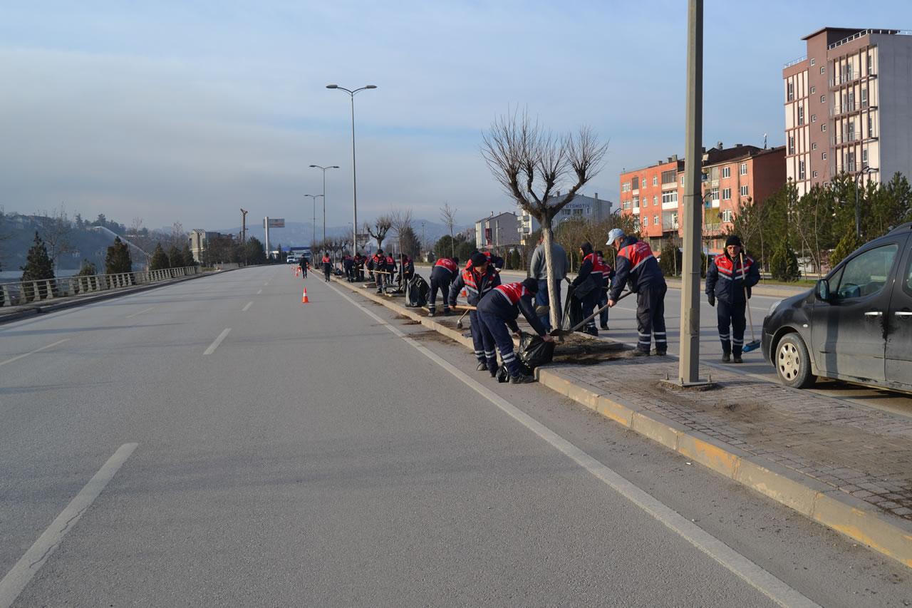 Karabük Belediyesinden Çevre Yolunda Refüj Temizliği