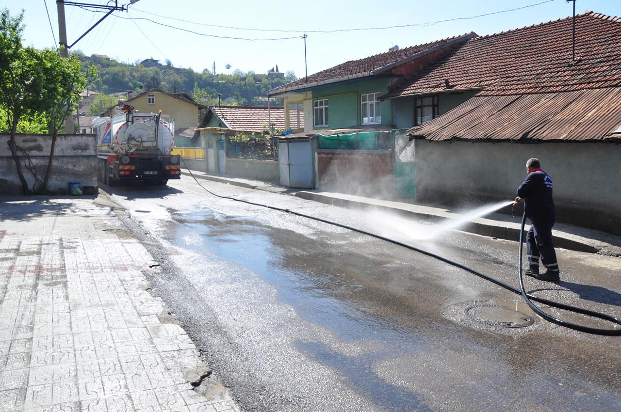Mahallelerde Program Dahilinde Tazyikli Suyla Yıkanmaya Devam Ediliyor