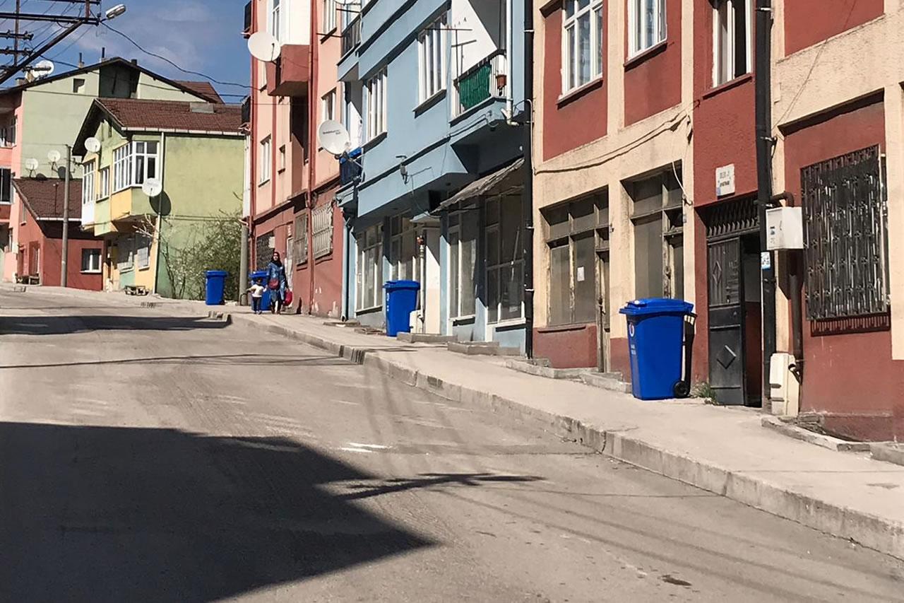 Her Apartman Sitesinin Önüne Bir Çöp Kovası Uygulaması Devam Ediyor