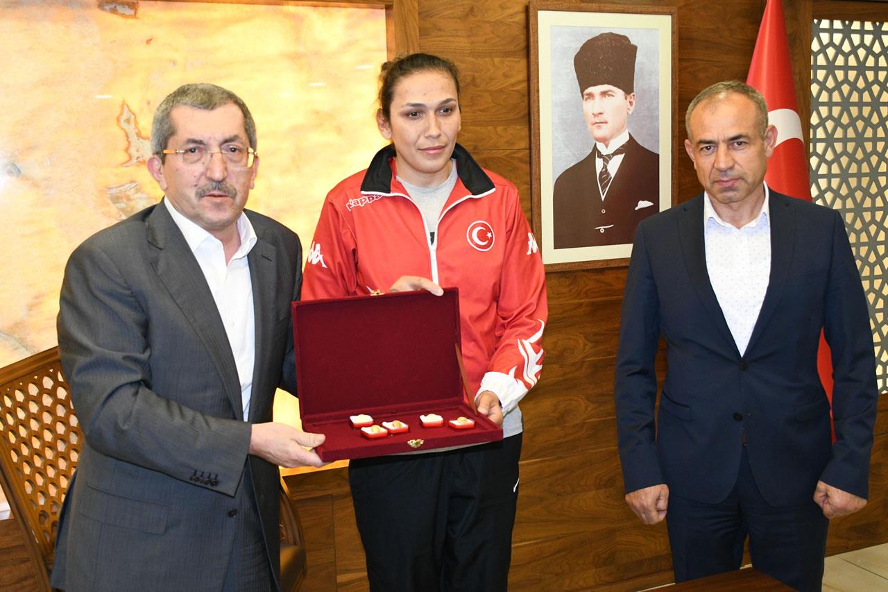 Başkan Vergili'den Şampiyona 5 Adet Cumhuriyet Altını