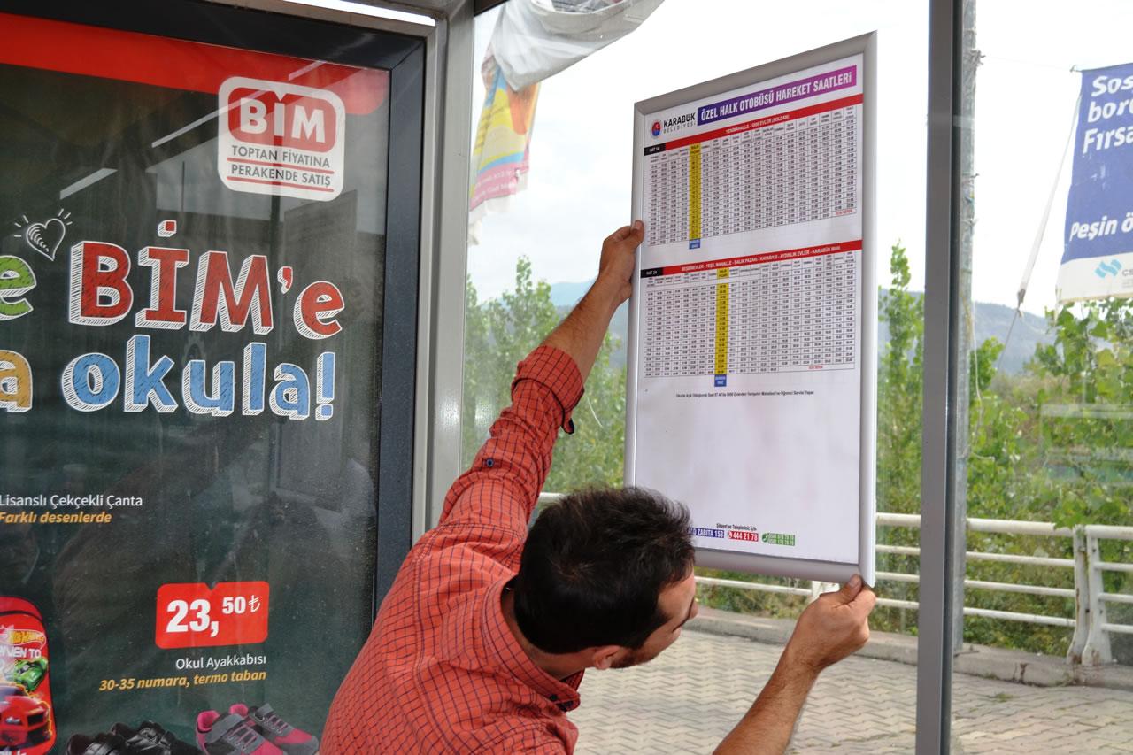 Otobüs Duraklarına Otobüs Saatleri Tabelaları Takılıyor