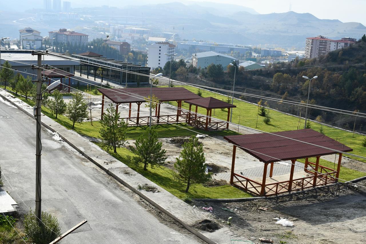Kapullu Küpler ve 5000 Evler Cumhuriyet Mahallesindeki Parklarda Çalışmalar Son Aşamasında